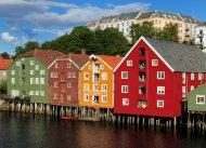Hinter den Speicherhäusern befindet sich die Altstadt Bakklandet